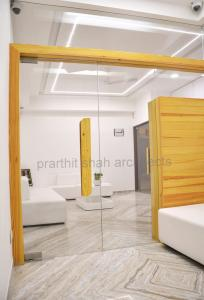 white-office-interior-design-ahmedabad---prarthit-shah-architects